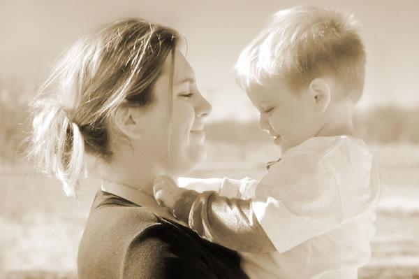 9e700cb09 يُعتبر تعليم الطفل اللغةَ، وإرشاده إلى أساليب التخاطب مع من حوله بأسلوب  طبيعي خلال التعاملات اليومية العديدة أعظم هديّة يمكن أن يقدّمها الأهل للطفل.