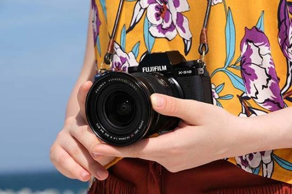 Fujifilm X-S10 is a £$1000 Mirrorless Camera with IBIS