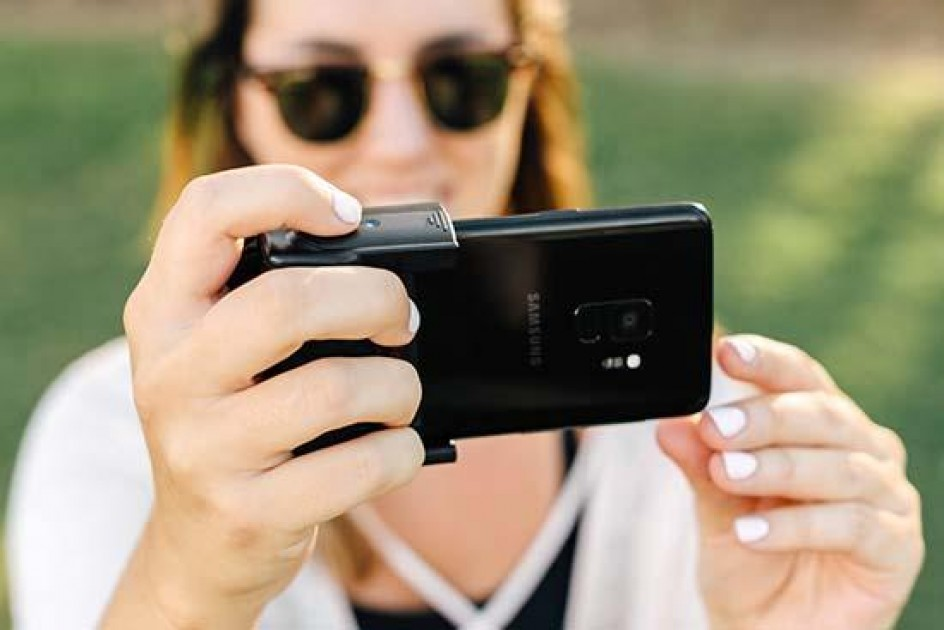 Adonit Photogrip Turns Your Smartphone Into A Camera